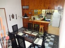 La casa de Daysi y Johanka, vista del comedor y la cocina-bar